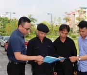 """Bí thư Chi bộ Hoàng Văn Tài (thứ hai từ phải qua) chia sẻ kinh nghiệm """"dân vận khéo""""."""