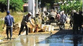 Tự nguyện góp công cùng Nhà nước xây dựng đường nông thôn mới.