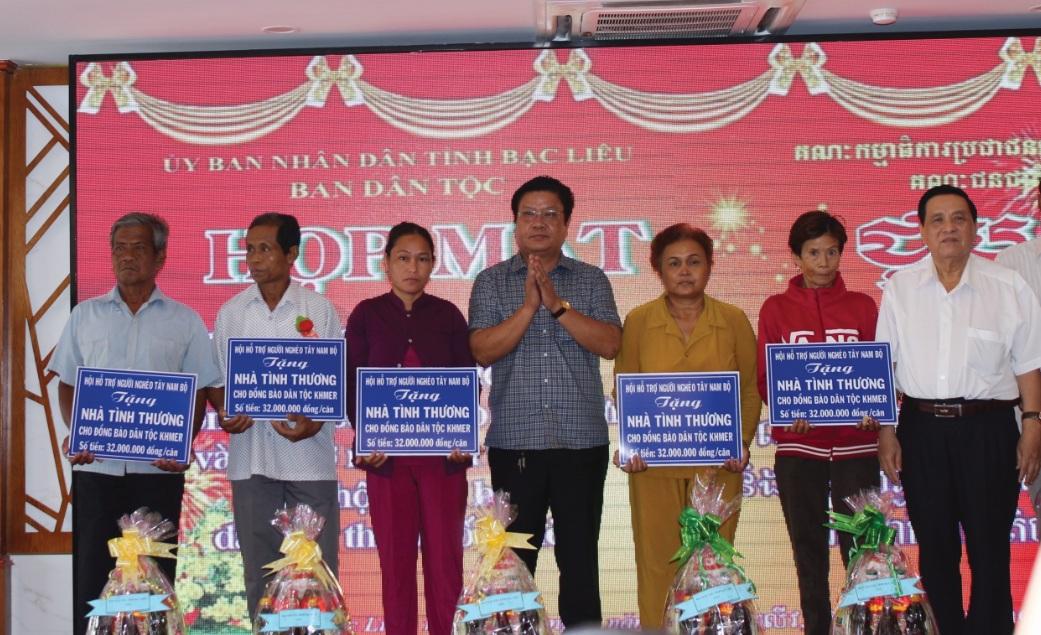 Từ nguồn vốn vận động của các nhà hảo tâm, nhiều hộ nghèo đã có nhà ở kiên cố. Trong ảnh: Ông Trần Hoàng Duyên (đứng thứ 3 từ trái qua), Trưởng ban Dân tộc trao nhà cho hộ nghèo dân tộc Khmer.