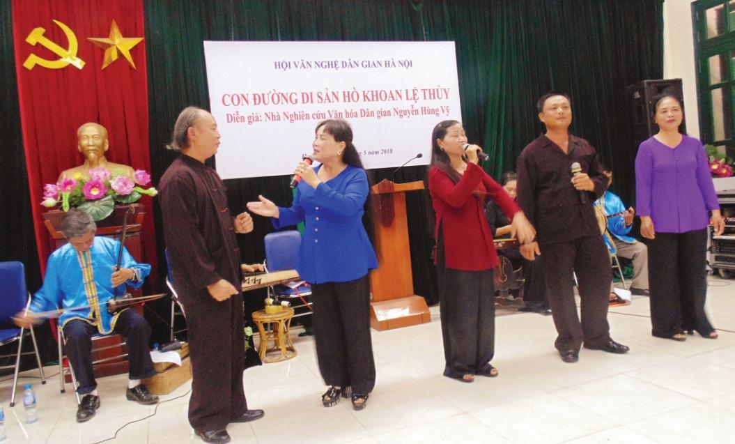 Các thành viên trong CLB Hò khoan Lệ Thủy biểu diễn Hò khoan tại Hà Nội ngày 25/5.