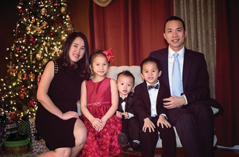 Katherine Trần chụp ảnh cùng bố mẹ và hai em trai . Ảnh: Nhân vật cung cấp