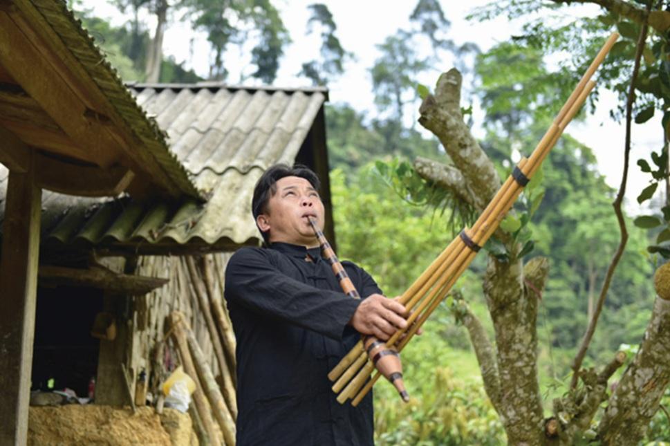 Thanh niên thôn Khuổi Khít sử dụng thuần thục chiếc khèn của dân tộc mình.