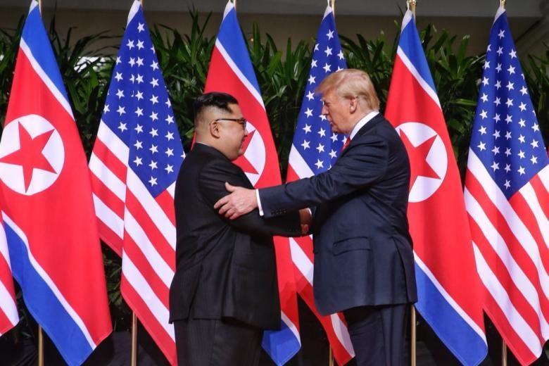 Tổng thống Mỹ Donald Trump và nhà lãnh đạo Triều Tiên Kim Jong-un bắt tay nhau trước khi hội đàm riêng. Ảnh: The Straits Times