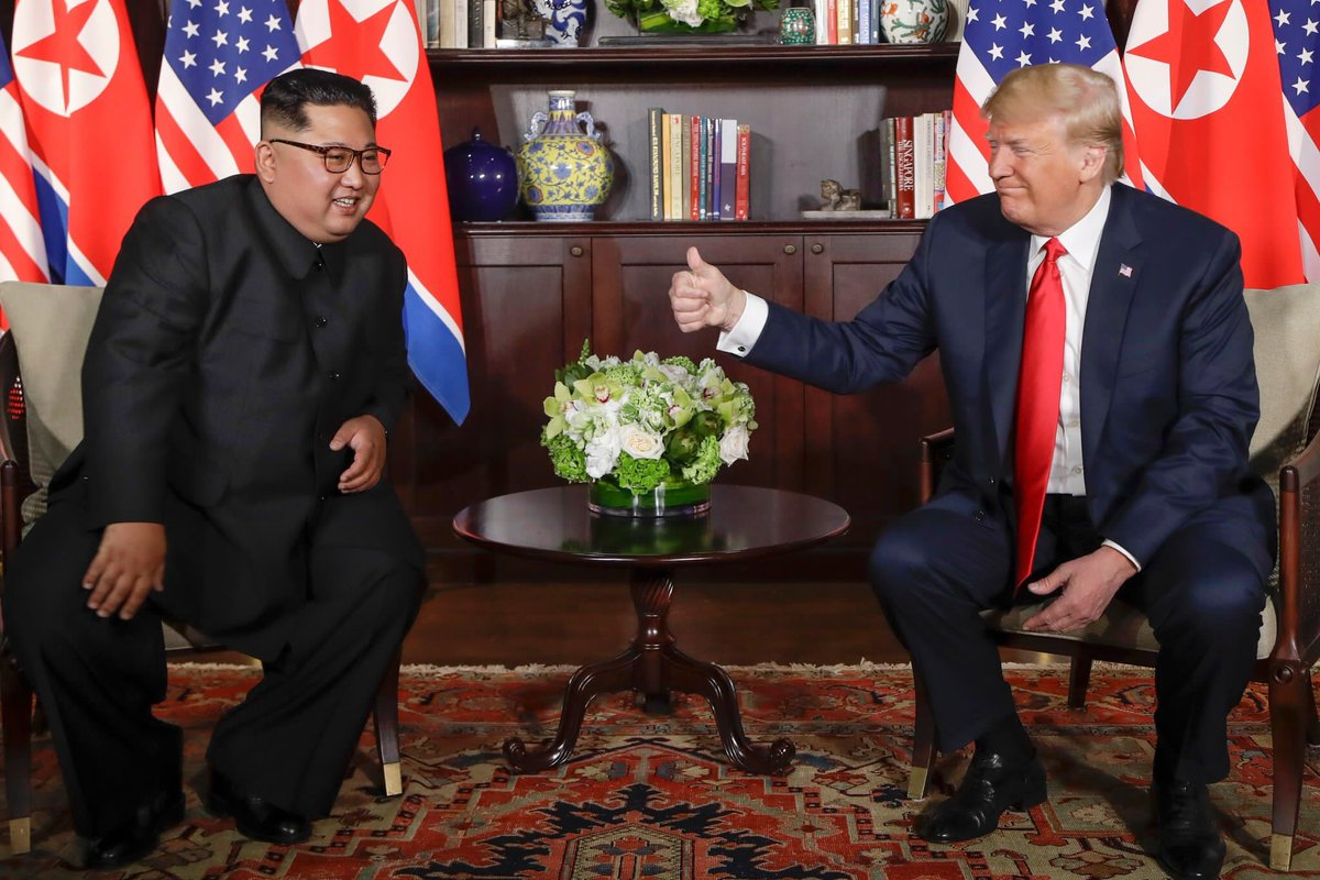 Tổng thống Mỹ và nhà lãnh đạo Triều Tiên tại cuộc gặp riêng. Ảnh: The Straits Times