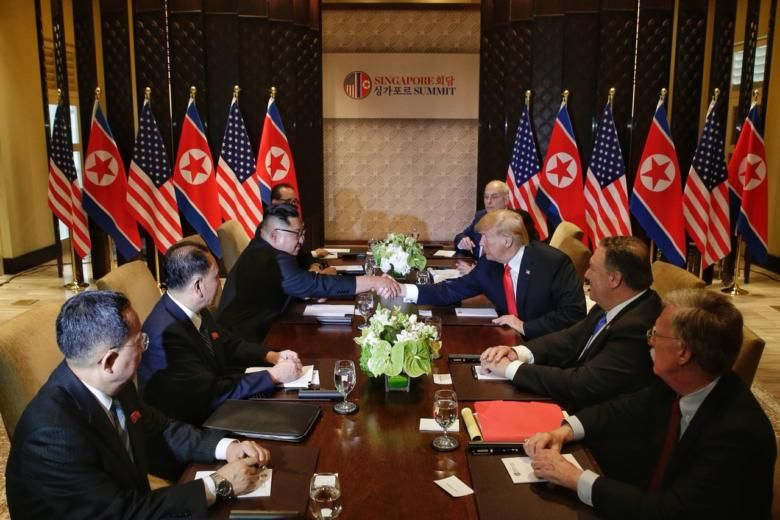 Phái đoàn Triều Tiên và phái đoàn Mỹ tại cuộc gặp mở rộng. Ảnh: The Straits Times