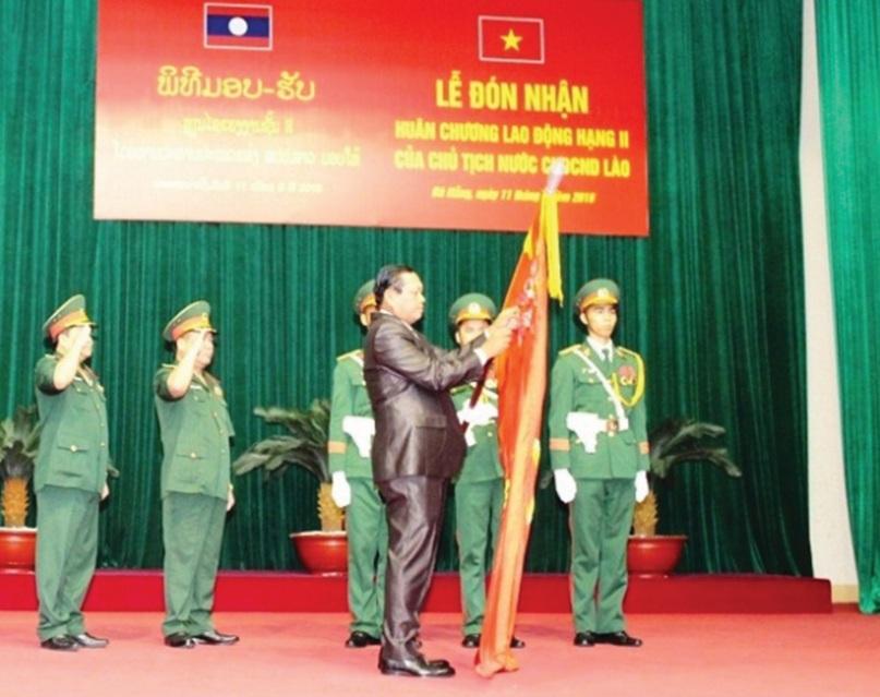 Ông Bun Thong-Đi Vi Xay gắn Huân chương lên Quân kỳ quyết chiến quyết thắng của Quân khu 5.