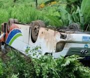 Hiện trường chiếc xe bị lật ở Lào khiến 14 người bị thương