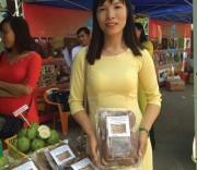 """Chị Dơn giới thiệu sản phẩm nấm của gia đình tại hội  chợ """"Ngày hội phụ nữ khởi nghiệp năm 2018""""."""