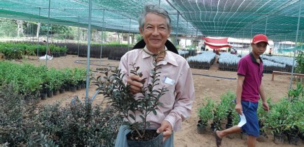 Ông Nguyễn Trí Nghiệp giới thiệu giống ổi trồng chậu, giống cây trồng làm kiểng đang được ưa chuộng hiện nay của Công ty.