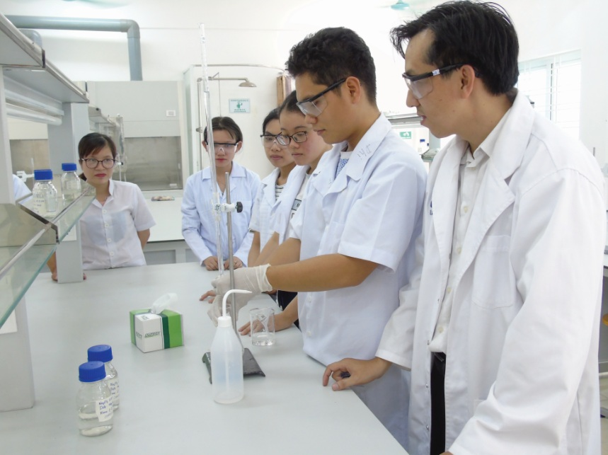 Sinh viên lớp công nghệ sinh học, Trường CĐ Cơ điện-Xây dựng và Nông lâm Trung bộ trong giờ thực hành.