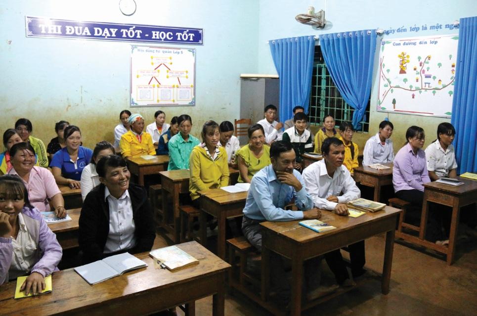 Lớp học xóa mù thu hút đông đảo người dân tham gia.