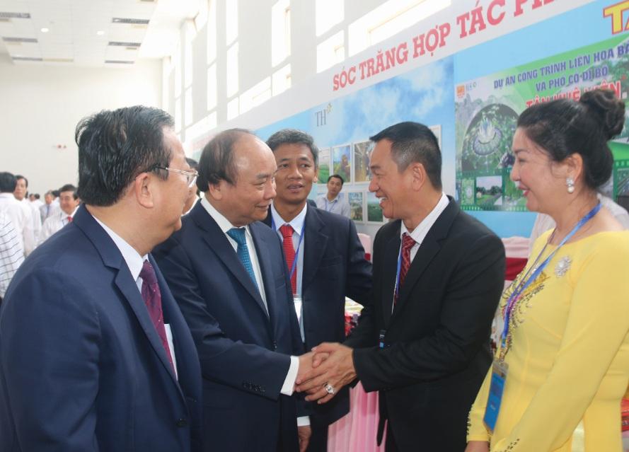 Thủ tướng thăm hỏi một doanh nghiệp được cấp chứng nhận đầu tư tại Hội nghị.