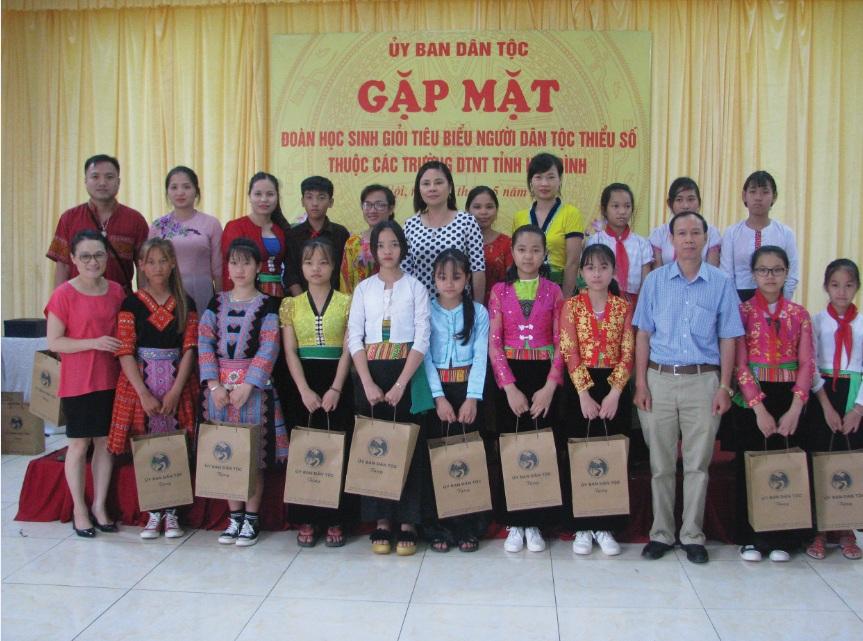 Bà Trần Chi Mai cùng đại diện các vụ, đơn vị trao quà cho các em học sinh giỏi thuộc các trường DTNT tỉnh Hòa Bình.