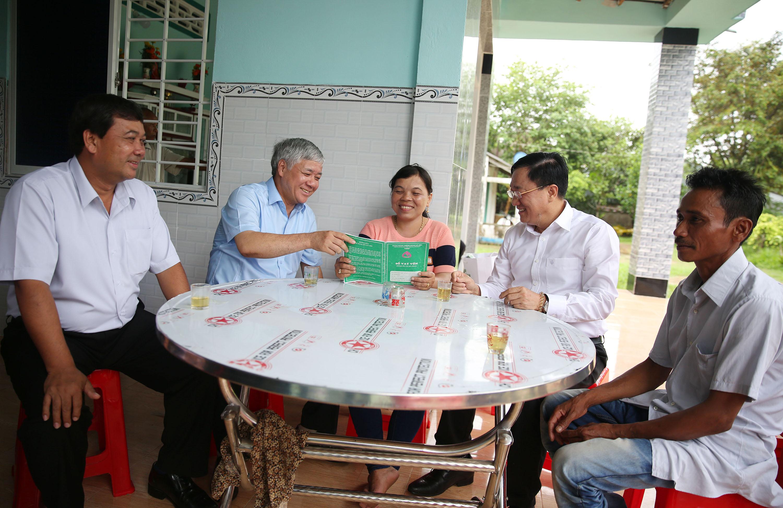 Đoàn khảo sát thăm 2 hộ vay vốn Thạch Thị Hồng Hoa và Thạch Hoài Phong ở ấp Sóc Chùa, xã Thuận Hòa