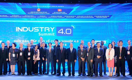 Thủ tướng và các diễn giả dự Diễn đàn. Ảnh: VGP/Quang Hiếu