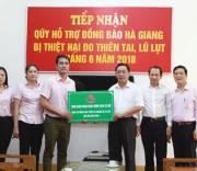 Phó Tổng Giám đốc NHCSXH Nguyễn Đức Hải trao số tiền 300 triệu đồng  cho tỉnh Hà Giang để khắc phục hậu quả do lũ gây ra.