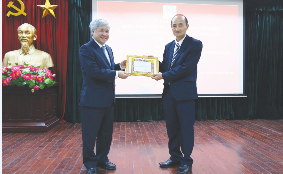 Phó Chủ tịch Ủy ban Trung ương Mặt trận Lào xây dựng đất nước Yia Cơ Ya No Cho Chông Tua tặng Giấy khen cho Bộ trưởng, Chủ nhiệm Ủy ban Dân tộc Đỗ Văn Chiến.