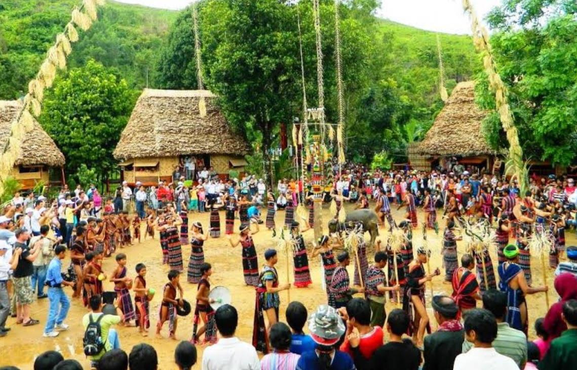 Lễ hội truyền thống của đồng bào Cơ-tu luôn thu hút khách du lịch.