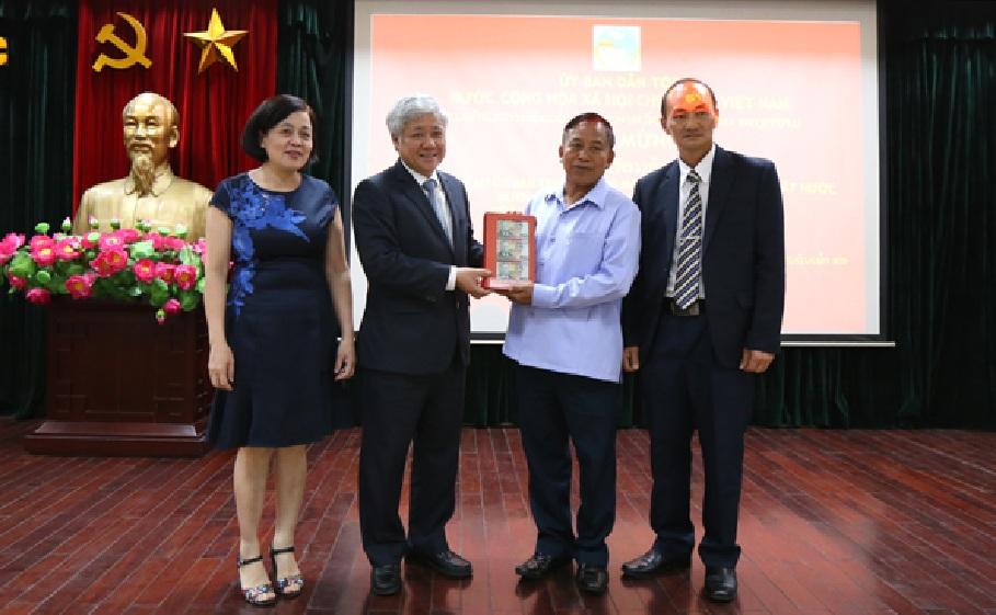 Bộ trưởng, Chủ nhiệm Đỗ Văn Chiến trao tặng kinh phí hỗ trợ may đồng phục và chăn màn cho các cháu học sinh mồ côi Trường PTDTNT tỉnh Luông Pha Băng