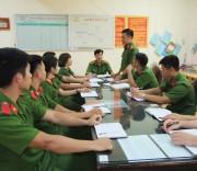Cán bộ, chiến sĩ Phòng PC47 Công an tỉnh Hòa Bình bàn phương án tấn công trấn áp tội phạm ma túy