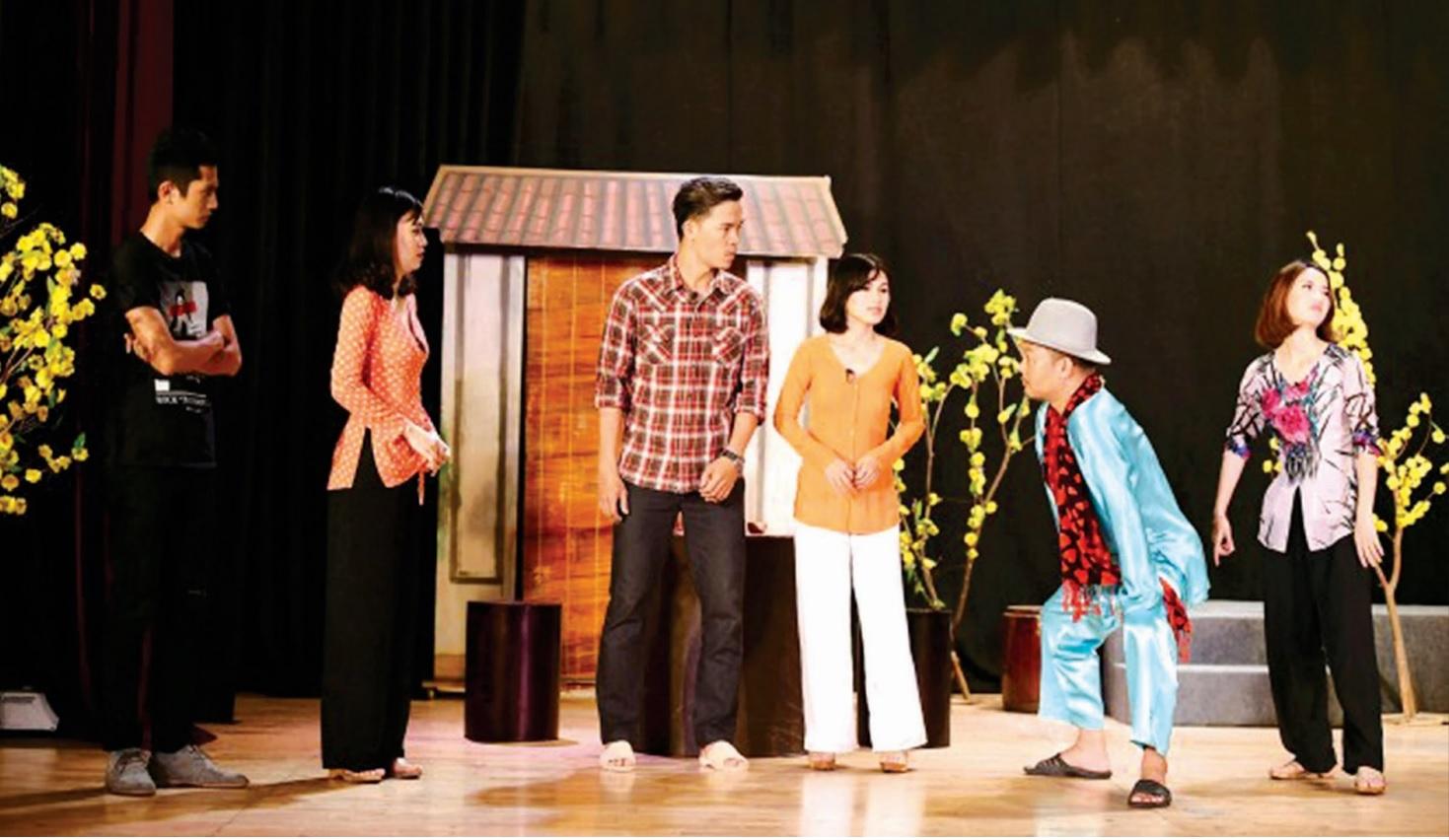"""Các diễn viên thể hiện vở kịch nói """"Đám cưới chùm"""". Ảnh tư liệu"""