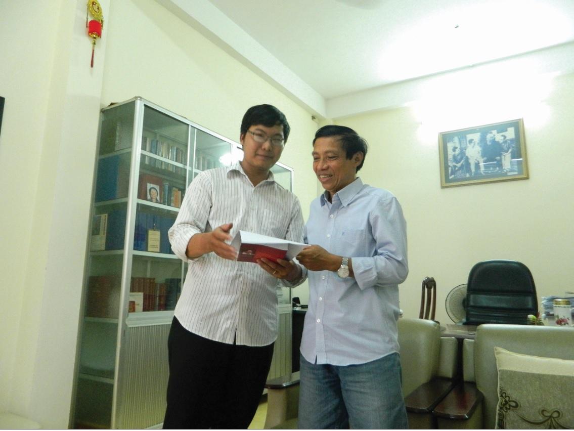 Nhà viết kịch Nguyễn Sỹ Chức (bên phải) vui vẻ về những đêm lưu diễn ở vùng sâu, hàng ngàn đồng bào chăm chú xem kịch lịch sử.