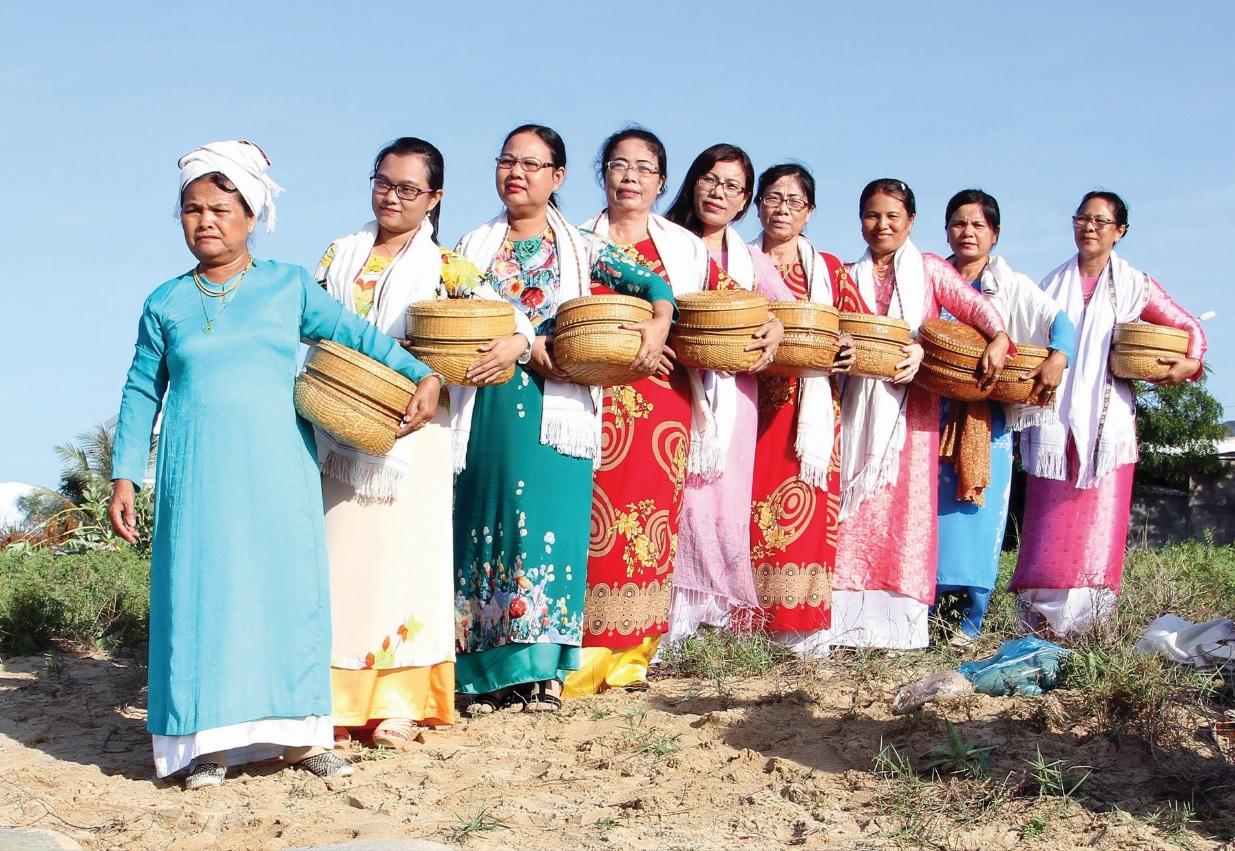 Phụ nữ Chăm duyên dáng trong trang phục truyền thống.
