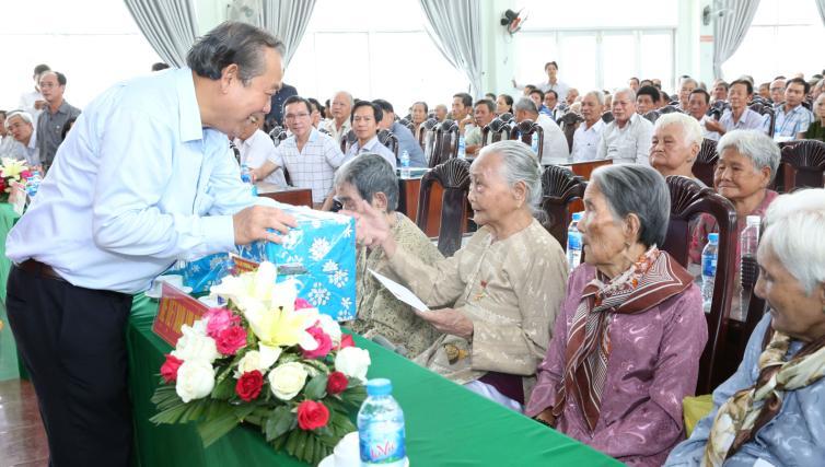 Phó Thủ tướng tặng quà các Mẹ Việt Nam anh hùng. - Ảnh: VGP/Lê Sơn