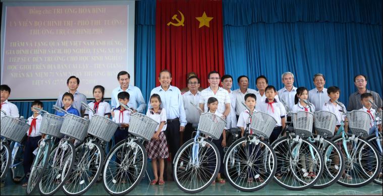 Phó Thủ tướng tặng xe đạp cho các cháu học sinh nghèo hiếu học. - Ảnh: VGP/Lê Sơn