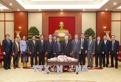 Tổng Bí thư Nguyễn Phú Trọng và Phó Chủ tịch Quốc hội Lào Sengnouane Xayalat cùng các đại biểu tại buổi tiếp. Ảnh: TTXVN