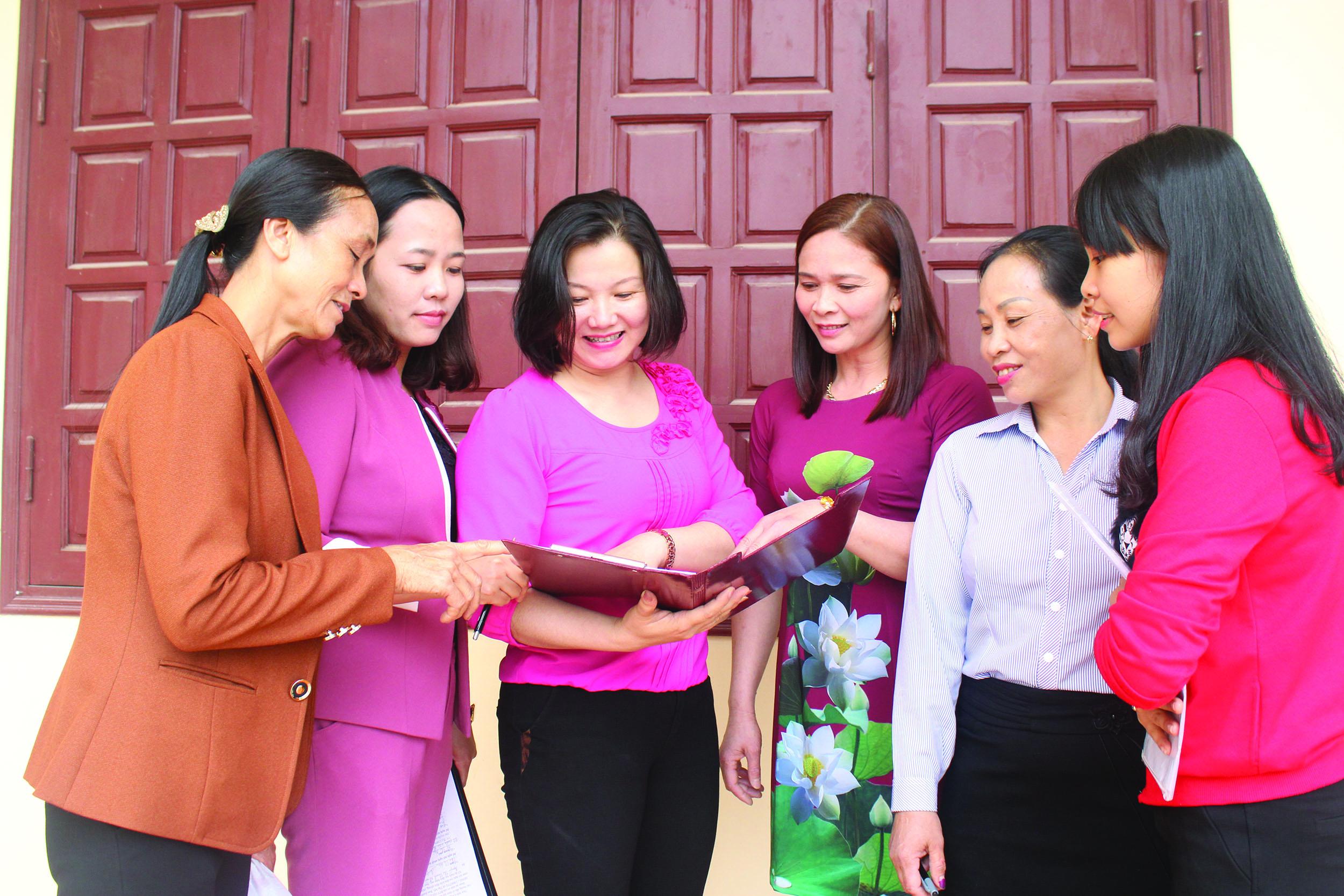 Hội Phụ nữ tích cực tuyên truyền pháp luật cho các hội viên.