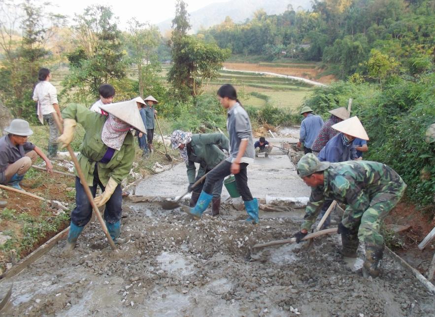Khu vực miền núi vẫn gặp rất nhiều khó khăn trong xây dựng nông thôn mới. (Trong ảnh: Làm đường nông thôn mới ở bản Đăm, xã Đức Vân, huyện Ngân Sơn, Bắc Kạn)