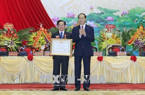 Chủ tịch nước Trần Đại Quang trao tặng Huân chương Lao động hạng Nhất cho Anh hùng Lao động Lê Văn Kiểm, Chủ tịch Hiệp hội Doanh nhân Cựu Chiến binh Việt Nam. Ảnh: TTXVN