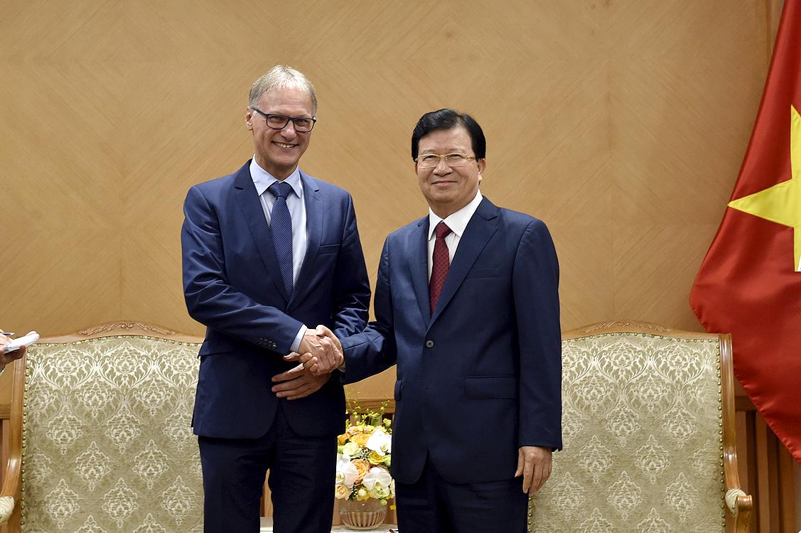 Phó Thủ tướng Trịnh Đình Dũng tiếp ông Michael Dorner, Giám đốc phụ trách các dự án quốc tế của Ngân hàng Tiết kiệm nhà ở Schwäbisch Hall. Ảnh: VGP/Nhật Bắc