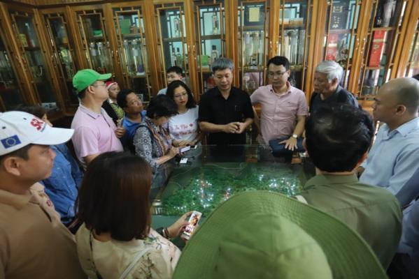Đoàn Công tác nghe lãnh đạo huyện Nam Trà My giới thiệu về vùng trồng Sâm Ngọc Linh.