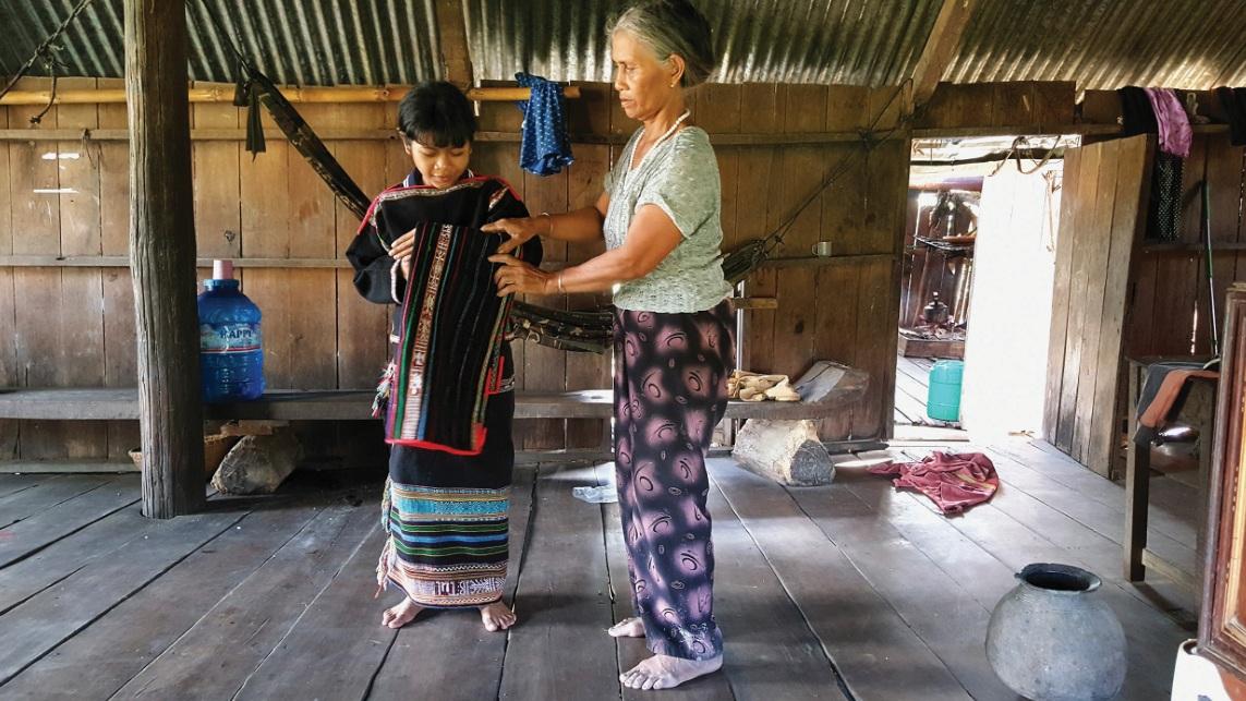 Bà H'Lim Niê tặng váy áo cho cháu ngoại.