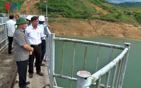 Thứ trưởng Bộ NN- PTNT Hoàng Văn Thắng (đội nón cối) kiểm tra thủy điện Sông Tranh 2.