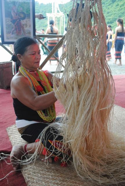 Bà Hồ Thị Chơn một trong số ít người còn biết đan võng từ cây sa ri.