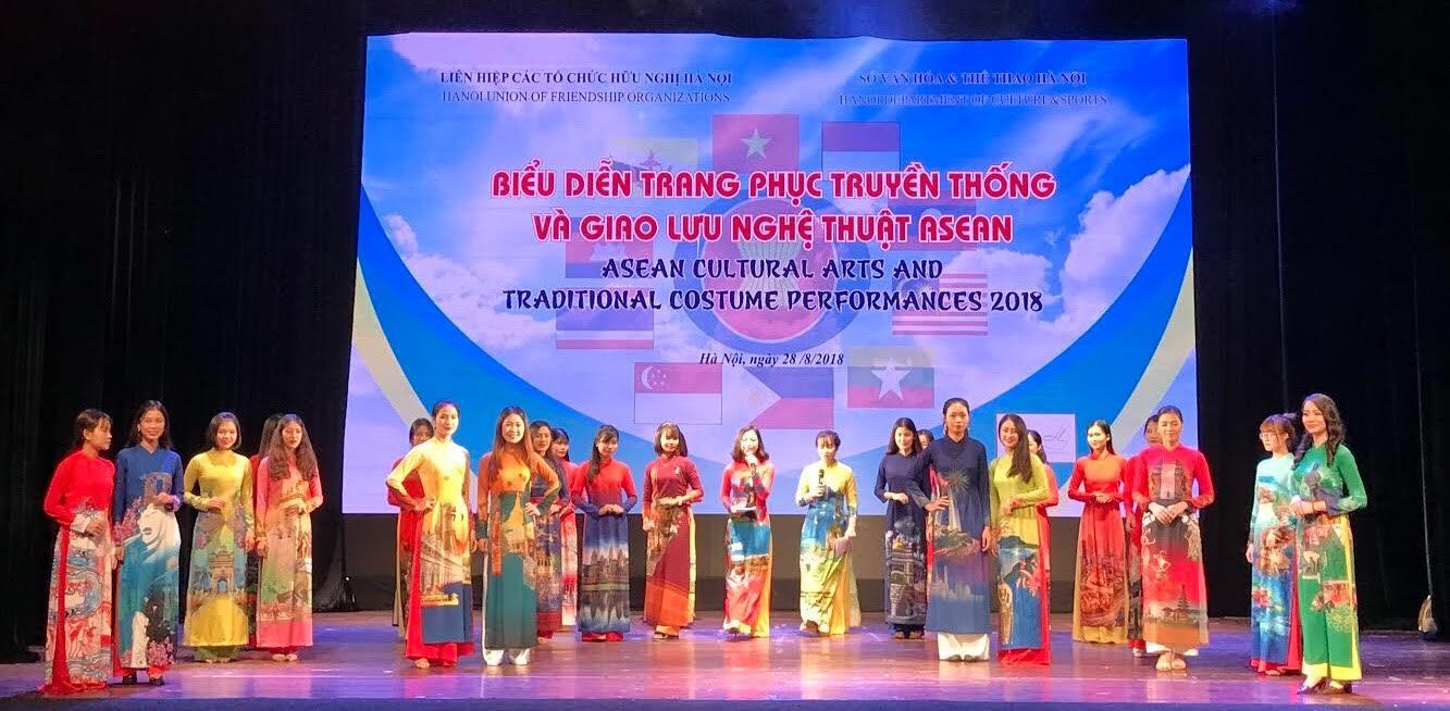 Tiết mục biểu diễn trang phục áo dài truyền thống Việt Nam (Ảnh: KL)