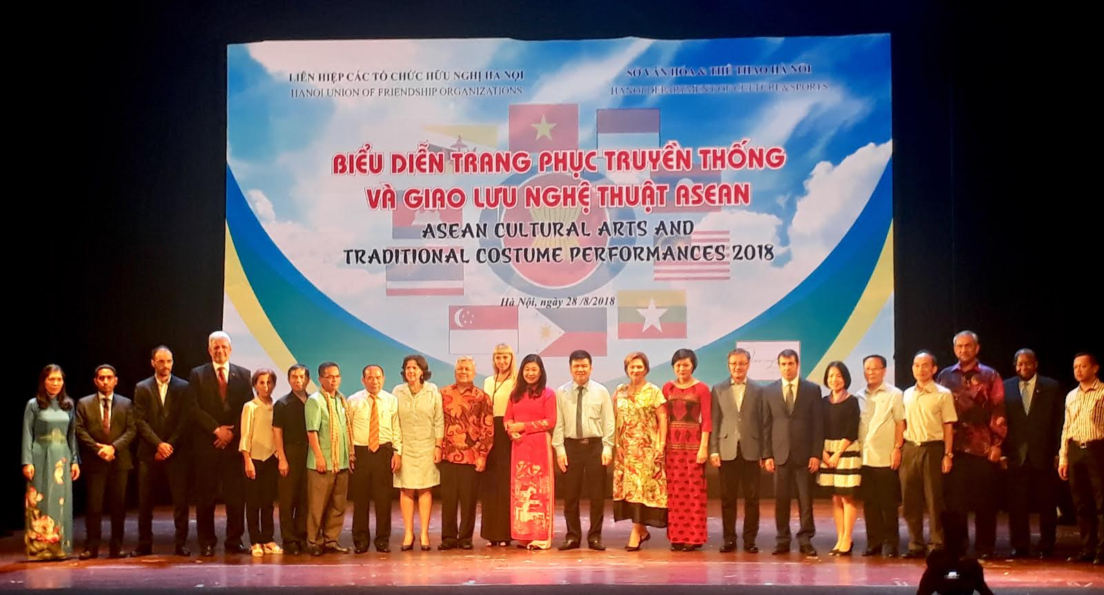 Đại diện Ban tổ chức và các khách mời quốc tế tham dự chương trình chụp ảnh kỷ niệm (Ảnh: KL)