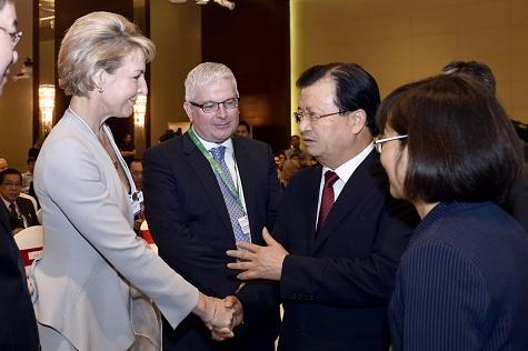 Phó Thủ tướng Trịnh Đình Dũng trao đổi với các Bộ trưởng tham dự Diễn đàn - Ảnh: VGP/Nhật Bắc