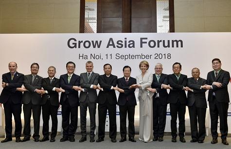 Phó Thủ tướng Trịnh Đình Dũng cùng các diễn giả tham dự Diễn đàn - Ảnh: VGP/Nhật Bắc