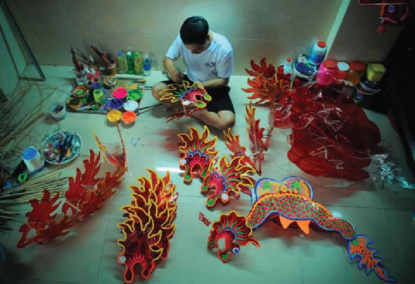 Nghệ nhân Nguyễn Trọng Thành đã gắn bó với nghề làm đèn lồng truyền thống trên 30 năm.