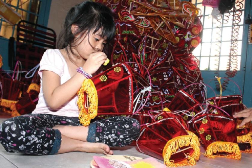 Trẻ em cũng tham gia làm lồng đèn với công đoạn trang trí, hoàn thiện chiếc đèn.