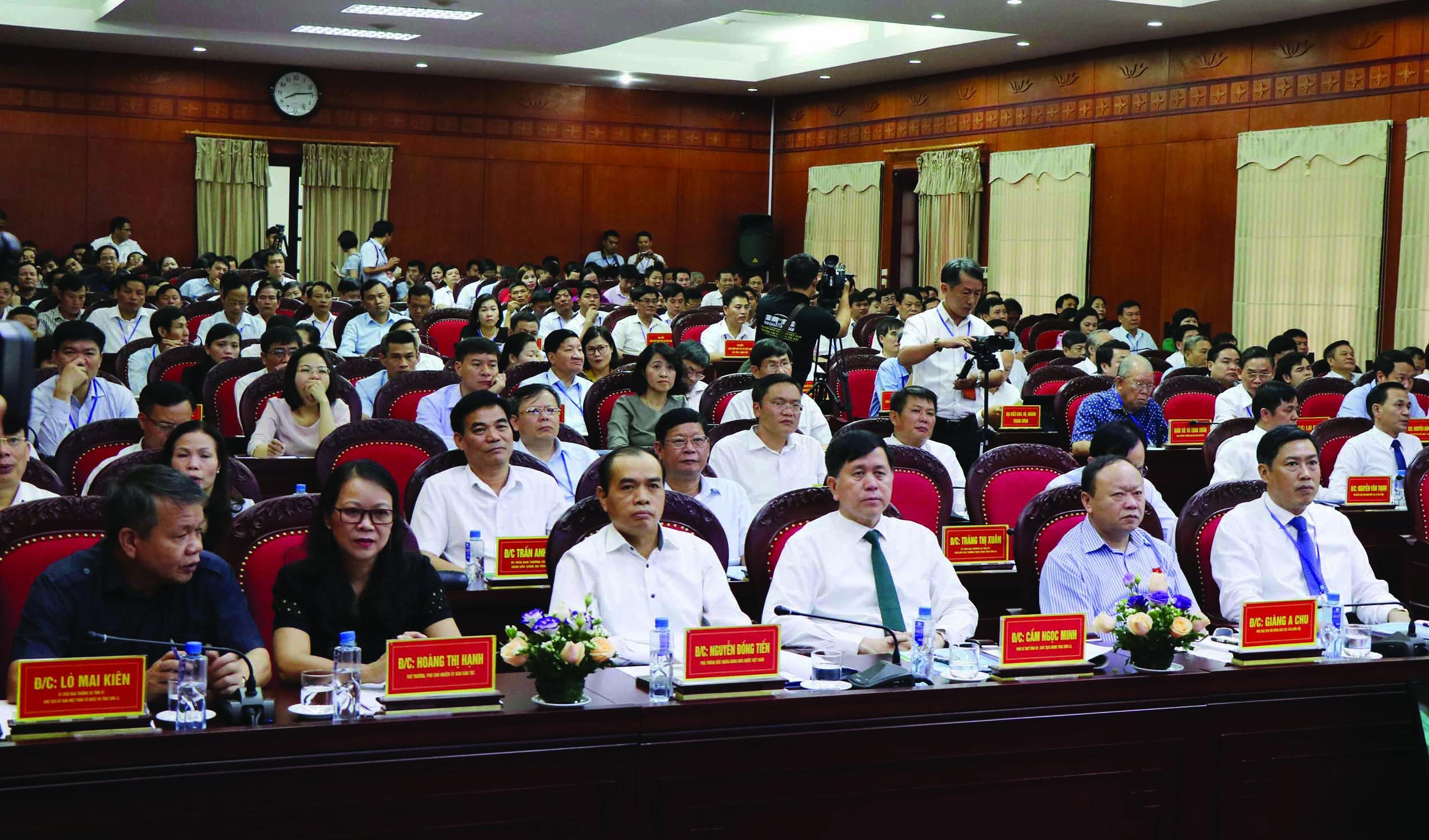 Bà Hoàng Thị Hạnh, Thứ trưởng, Phó Chủ nhiệm Ủy ban Dân tộc cùng các đại biểu tham dự Hội thảo.