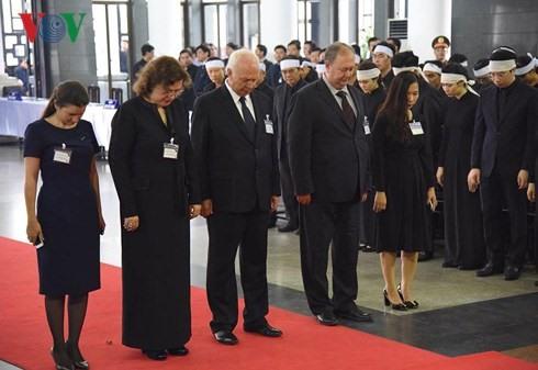 Đoàn Cộng hòa Liên bang Nga cúi đầu mặc niệm khi vào viếng Chủ tịch nước Trần Đại Quang. Ảnh: VOV