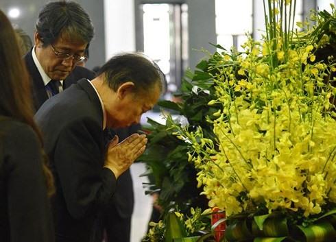 Tổng Thư ký Đảng Dân chủ Toshihiro Nika, Trưởng đoàn Nhật Bản cúi đầu tưởng niệm trong lễ viếng. Ảnh: VOV