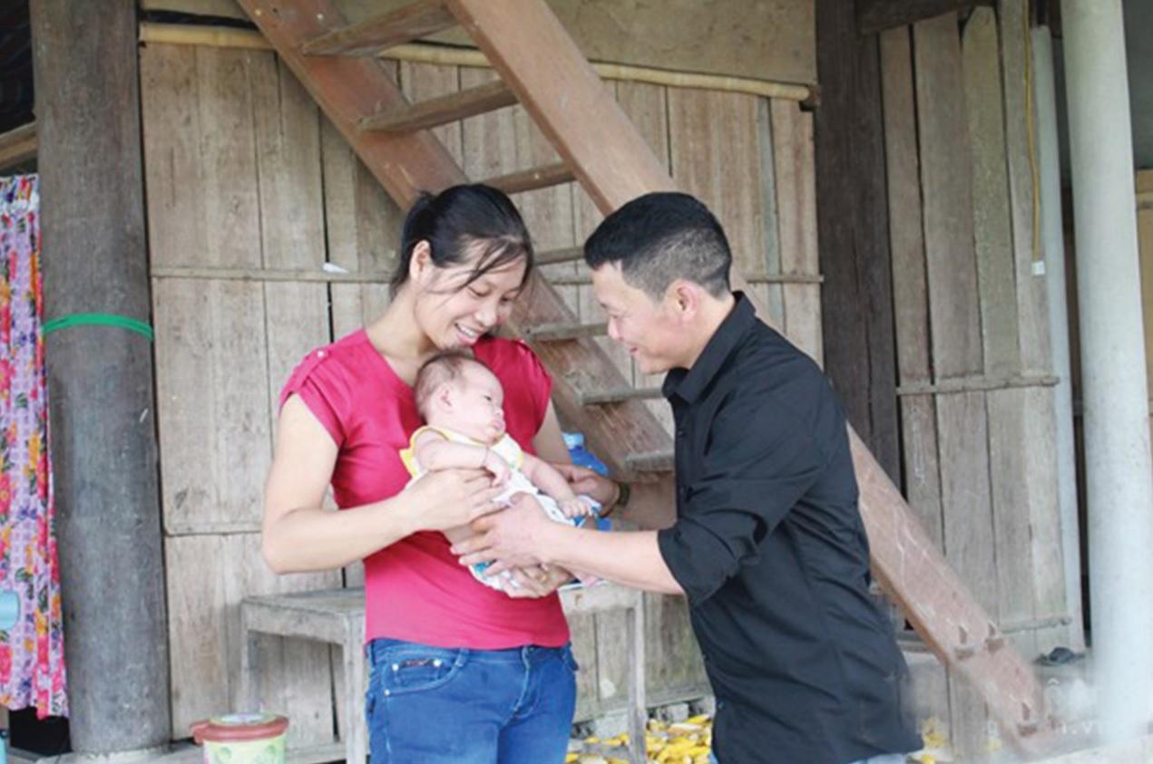 Anh Lưu Văn Toàn hạnh phúc bên vợ con.