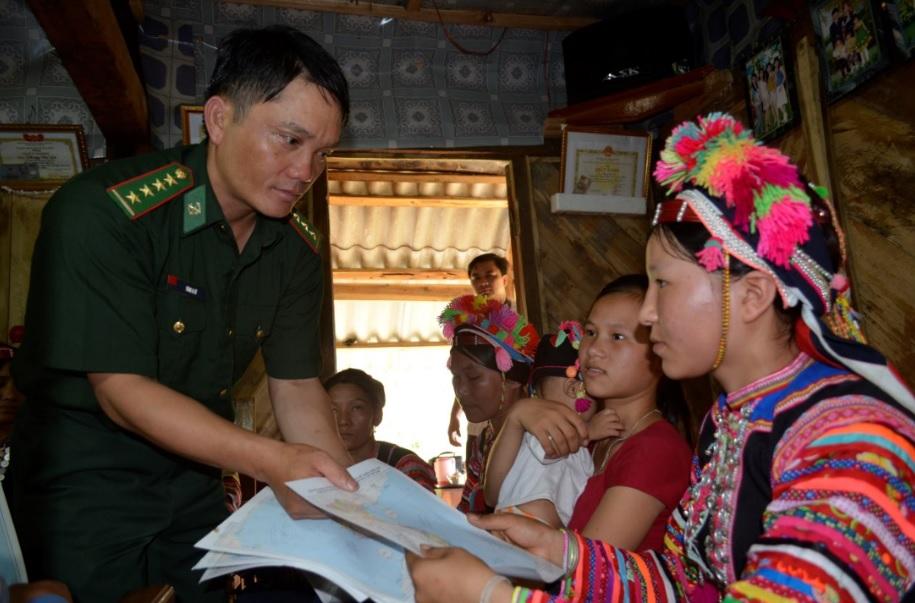 Cán bộ, chiến sĩ BĐBP Lai Châu tuyên truyền văn kiện pháp lý về Quy chế biên giới cho đồng bào DTTS.