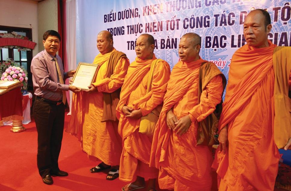 Ông Vương Phương Nam, Phó Chủ tịch tỉnh Bạc Liêu tặng Bằng khen cho Người có uy tín có thành tích xuất sắc trong công tác tuyên truyền 2017.